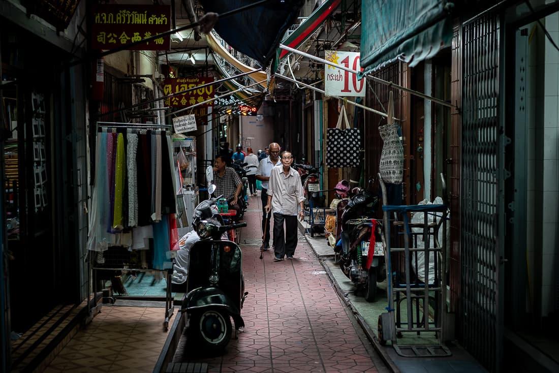 チャイナタウンの路地を歩く老人
