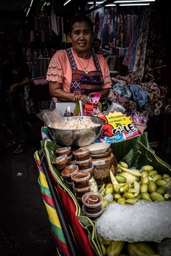 サンペーン市場で売り歩く女性の行商人