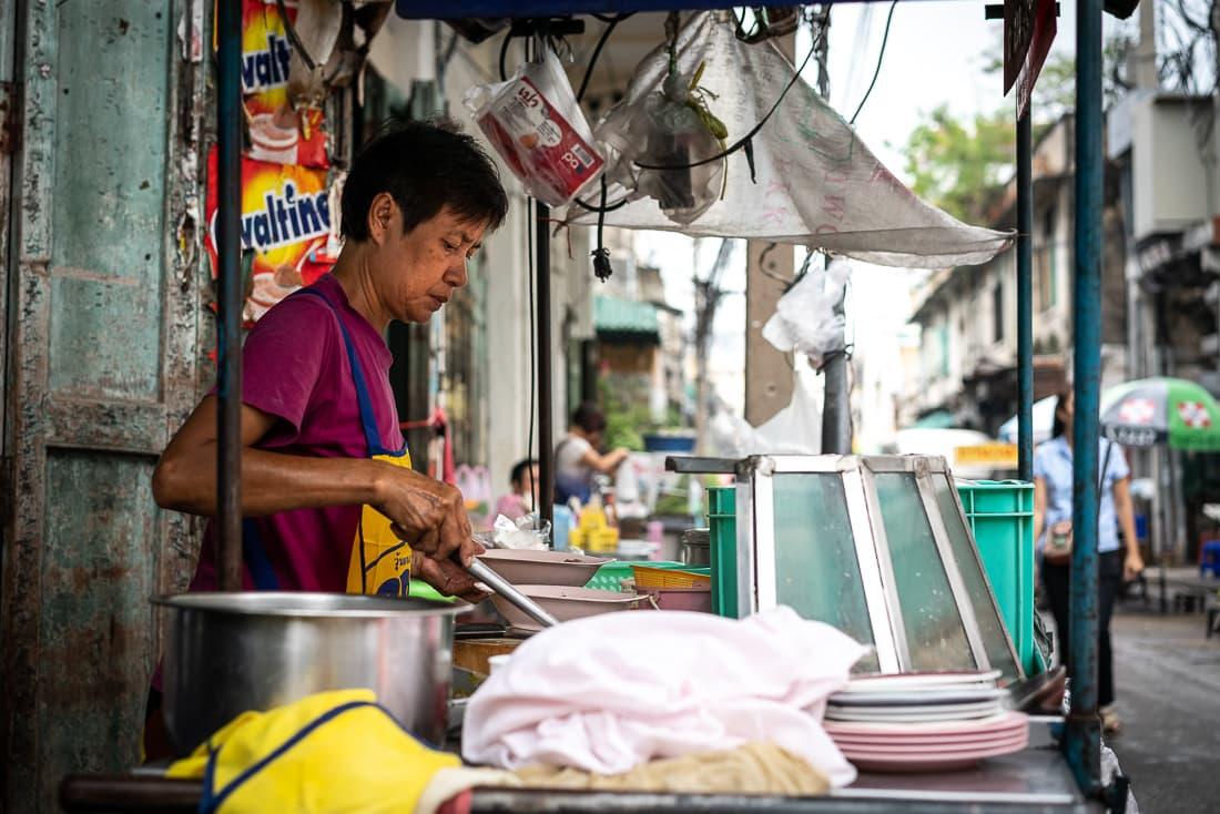 麺を茹でる女性