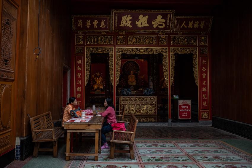 祭壇の前で休憩をするふたりの女性