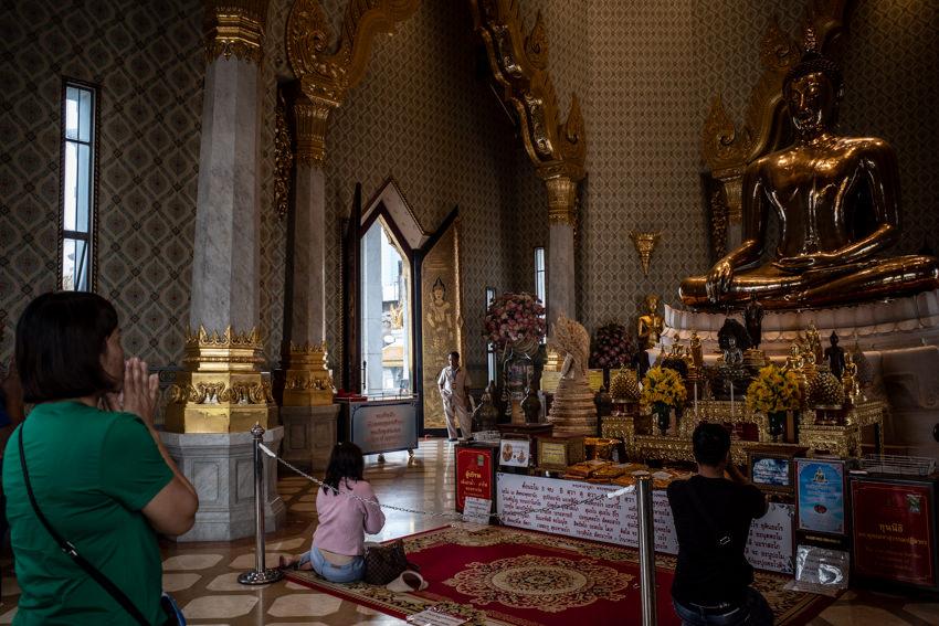 ワットトライミットで祈る女性