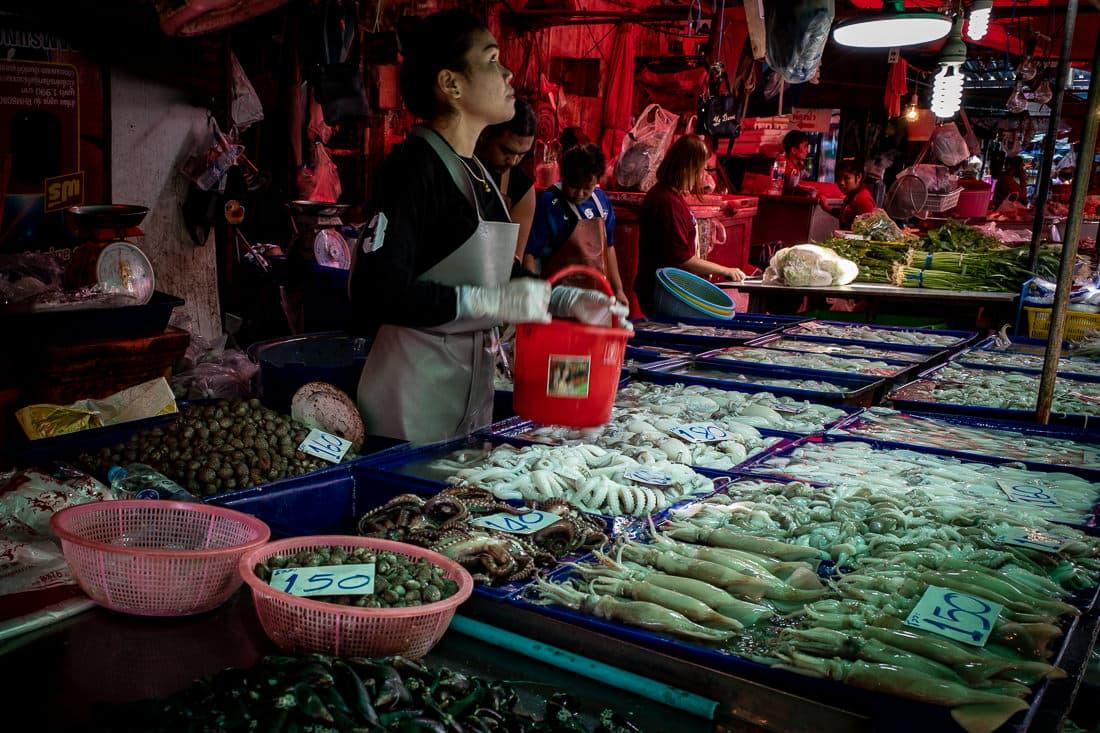 クロントゥーイ市場でイカとタコと貝を売っていた若い女性