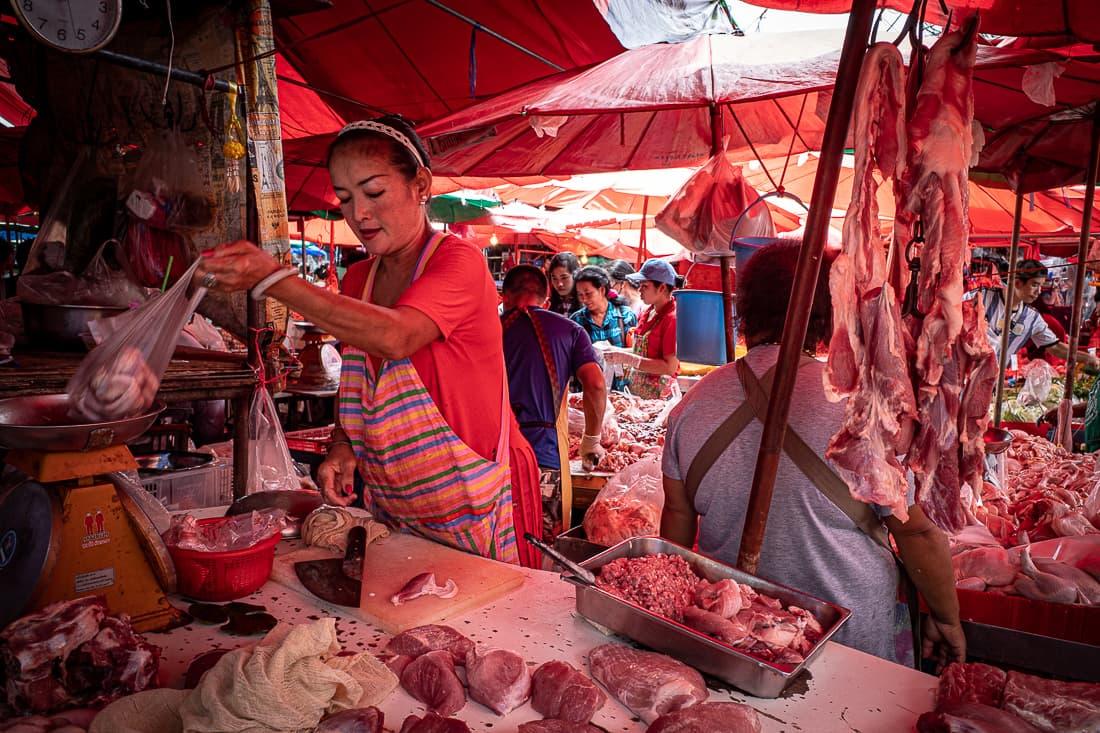 クロントゥーイ市場で豚肉をさばいていた女性