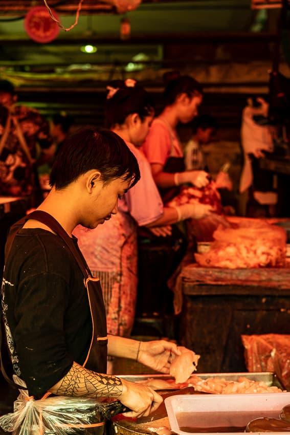 クロントゥーイ市場の肉屋で働く刺青のある男