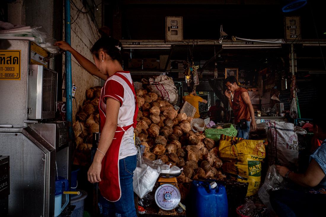 クロントゥーイ市場で山積みになっていたココナッツ