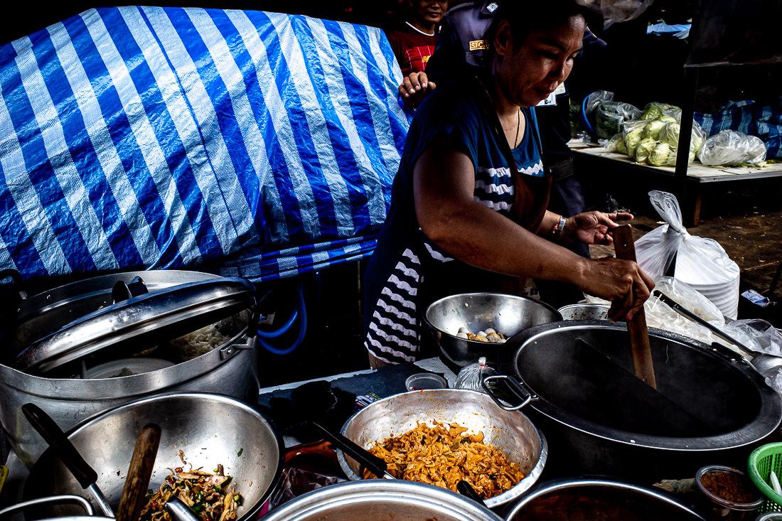 クロントゥーイ市場の屋台で麺を茹でる女性
