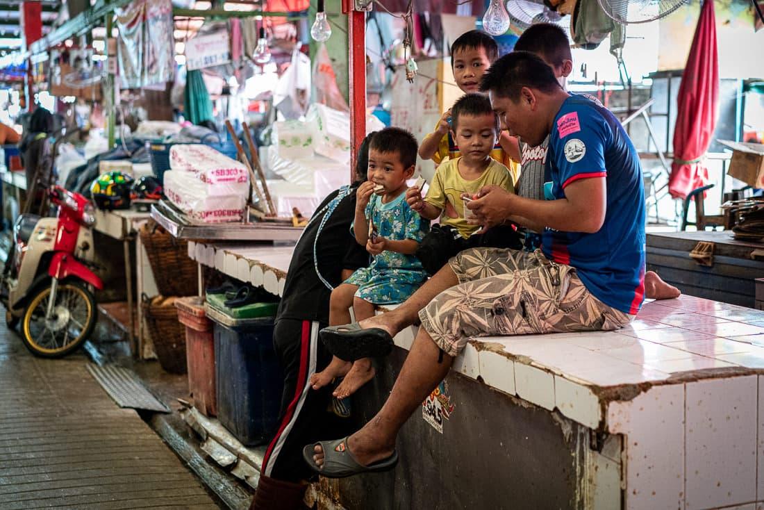 クロントゥーイ市場で寛いでいた家族連れ