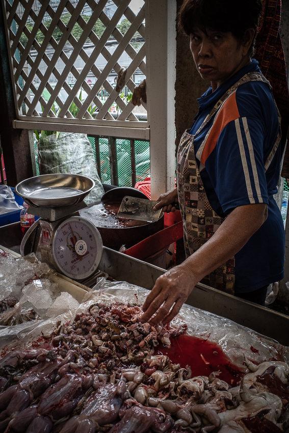 クロントゥーイ市場でカエルを売っていた女性