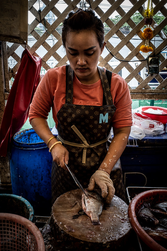 クロントゥーイ市場でルイ・ヴィトンのようなエプロンをしていた女性