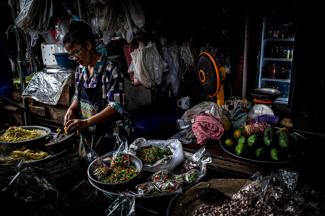 メークロン線路市場でタケノコを刻む女性