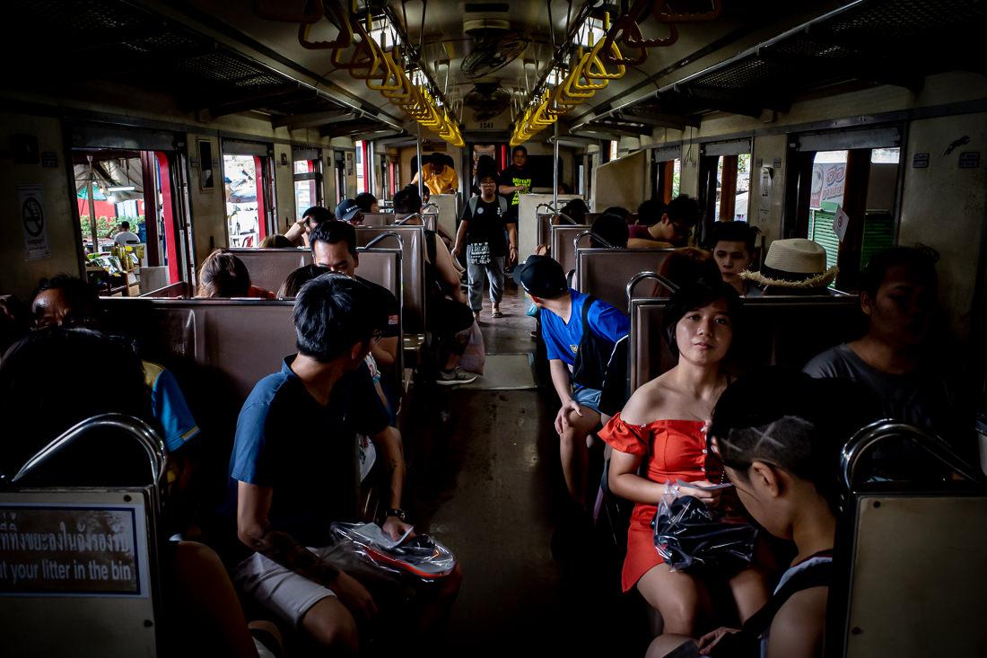 メークロン線に乗った乗客たち