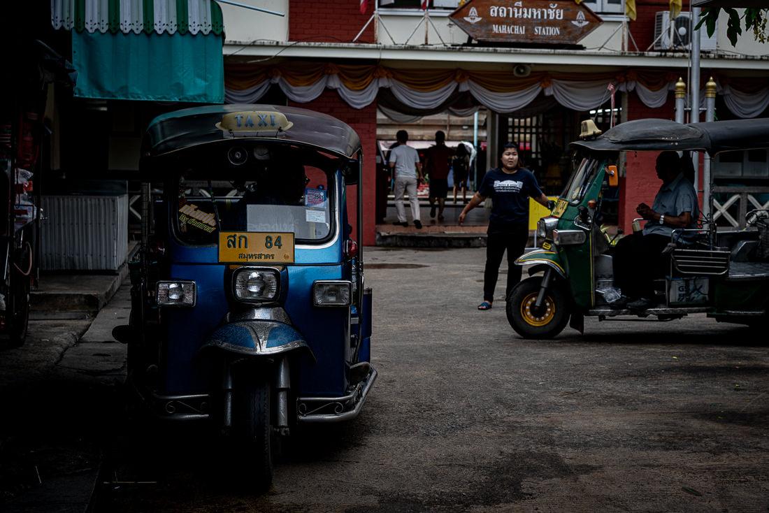 マハーチャイの駅前で客待ちしていた2台のトゥクトゥク
