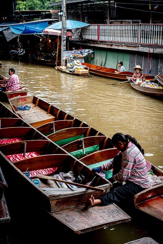 ダムヌン・サドゥアック水上マーケットに浮かんでいたガラガラのボート