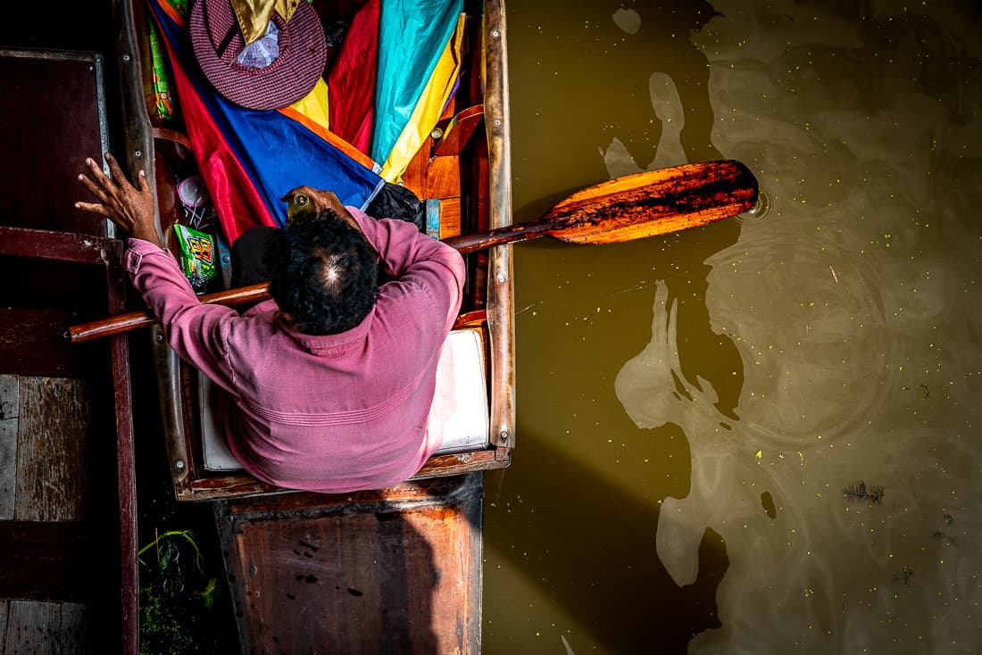 ダムヌン・サドゥアック水上マーケットにいたボートの漕ぎ手