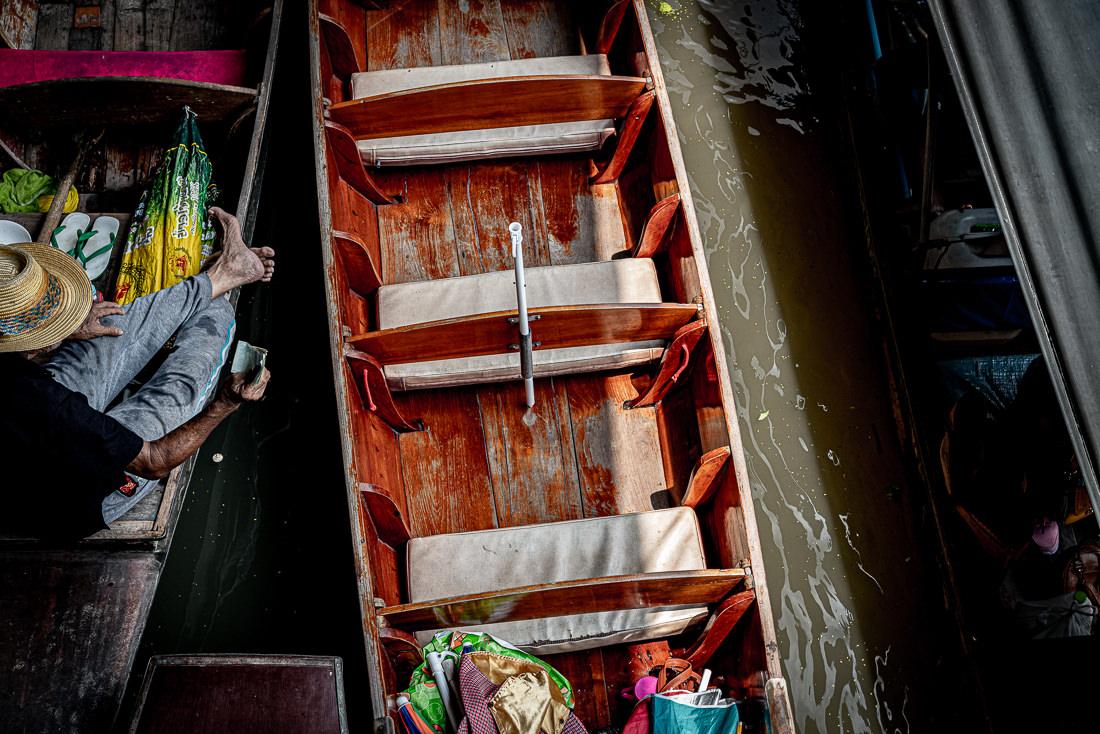 ボートの上でお金を見せる男