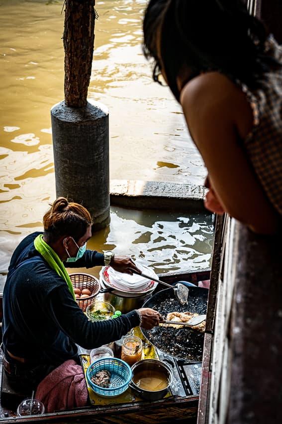 ボートの上で行われる料理を眺める女の子