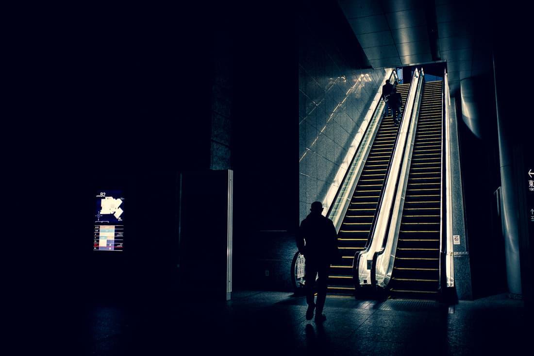 暗闇の中のエスカレータ