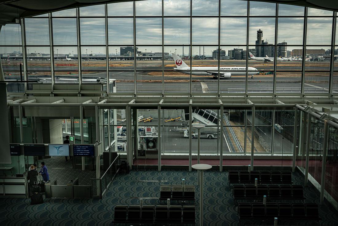 羽田空港の搭乗口を通過する乗務員