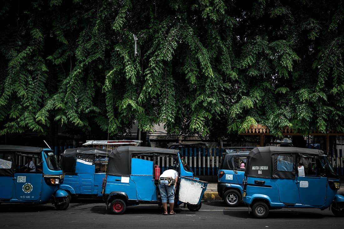 バジャイと呼ばれる青い三輪タクシー