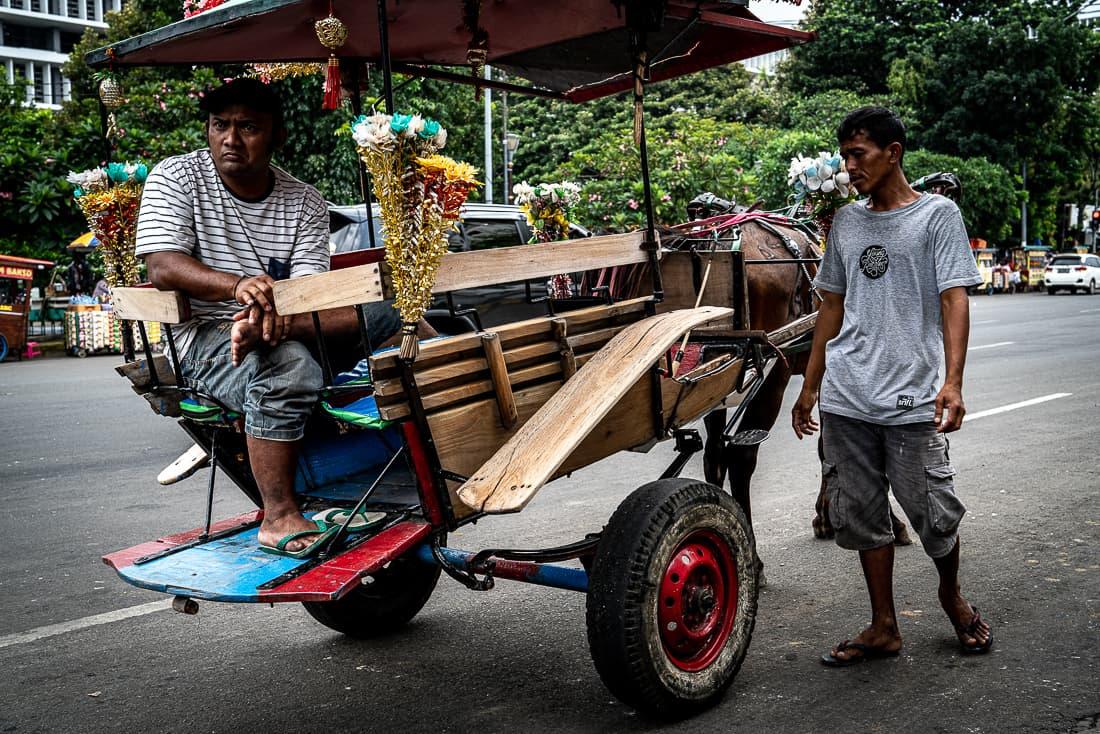 ジャカルタのファタヒラ広場近くで客待ちをする馬車