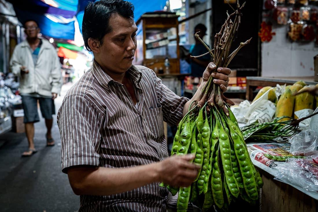 大きなえんどう豆を持つ男