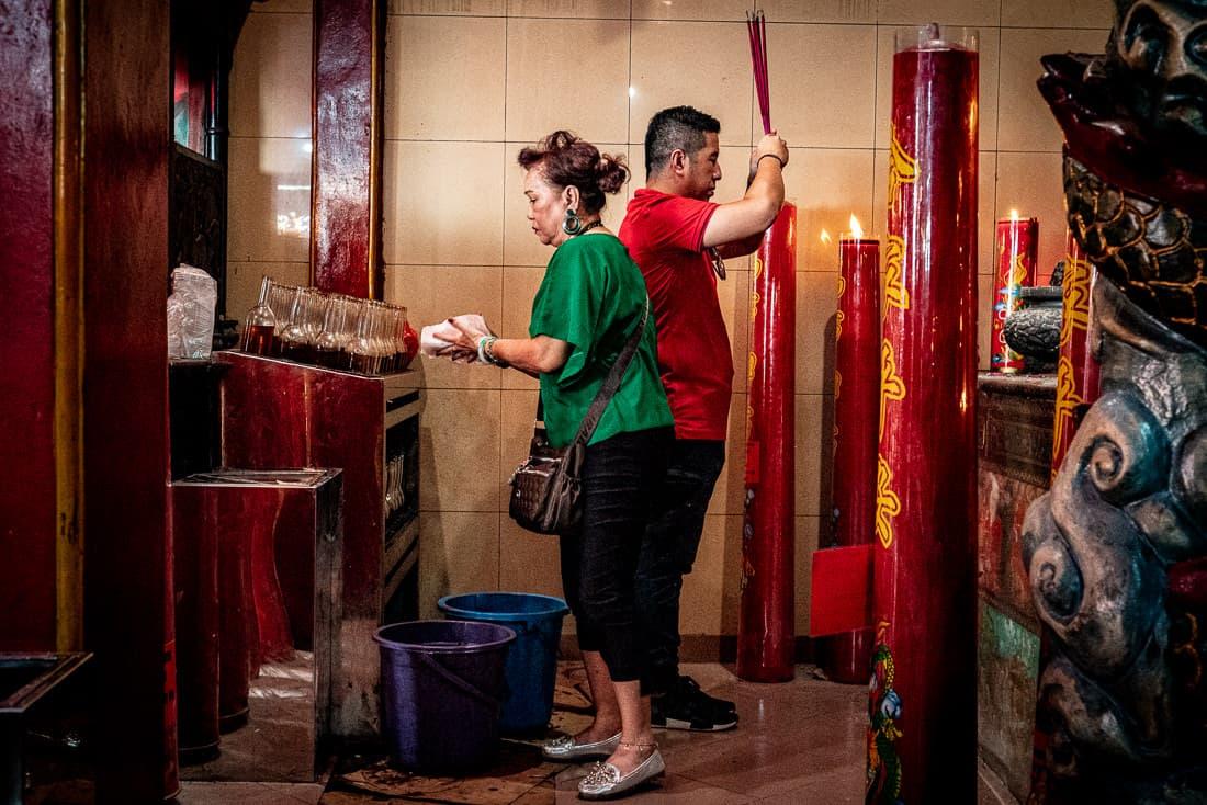 大史廟という中国寺院で参拝する男と女
