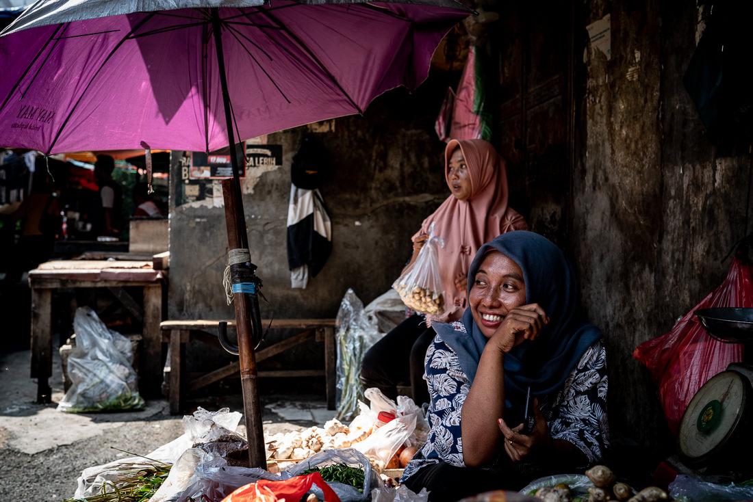 グロドック地区の八百屋で働くヒジャブをかぶった女性
