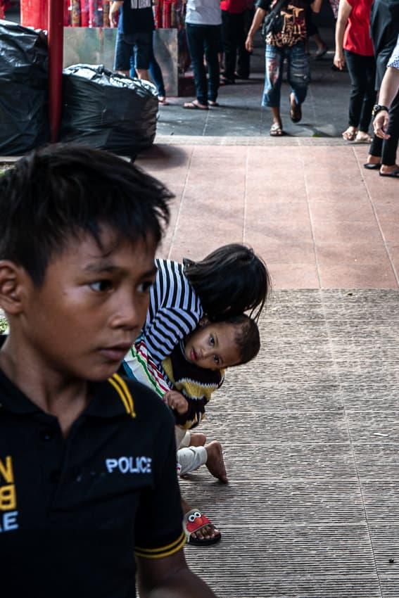 Kids playing around in the precinct of Jin De Yuan