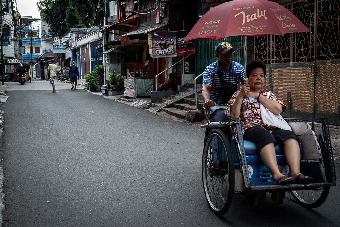 住宅街の中を走るベチャという自転車タクシー