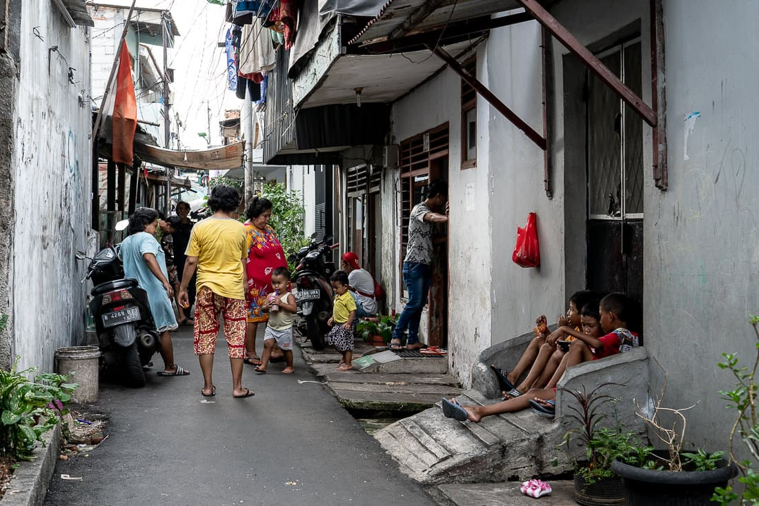 路地でダラダラしていた地元の人たち