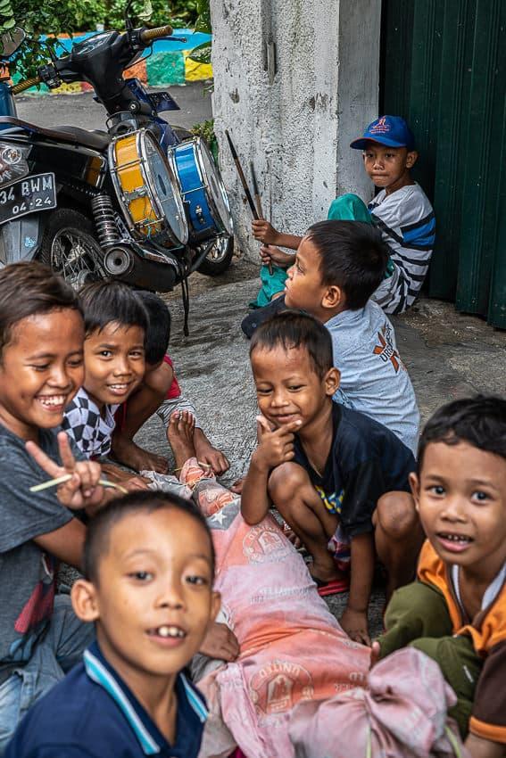 タマン・サリ地区の町角で遊んでいた男の子
