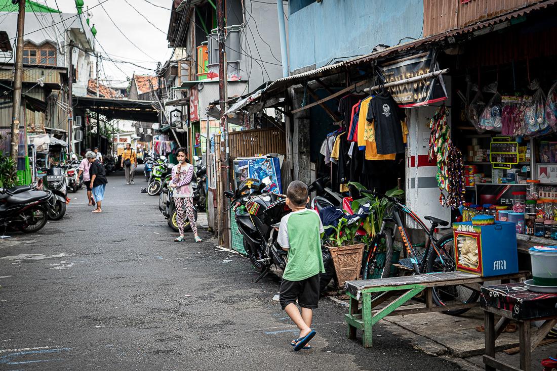タマン・サリ地区の雑貨屋のある通り