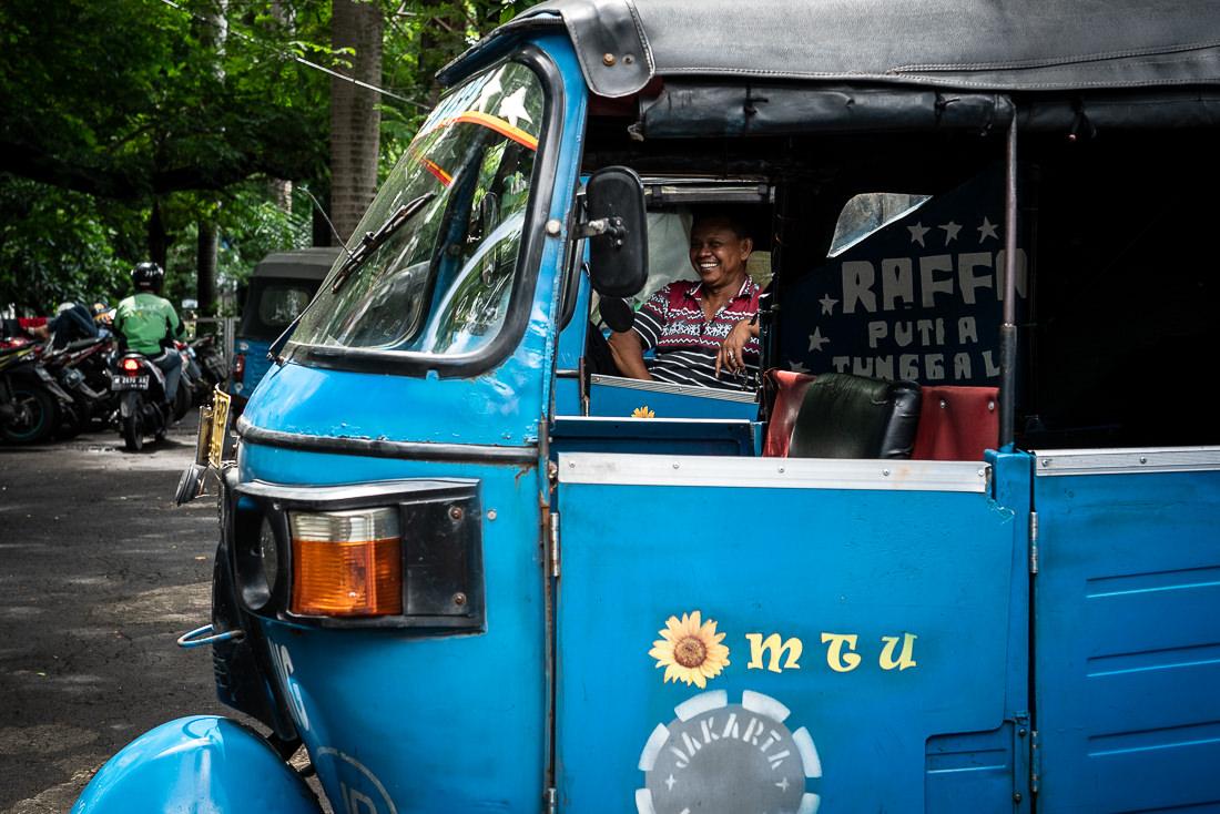 向こうで微笑むバジャイの運転手