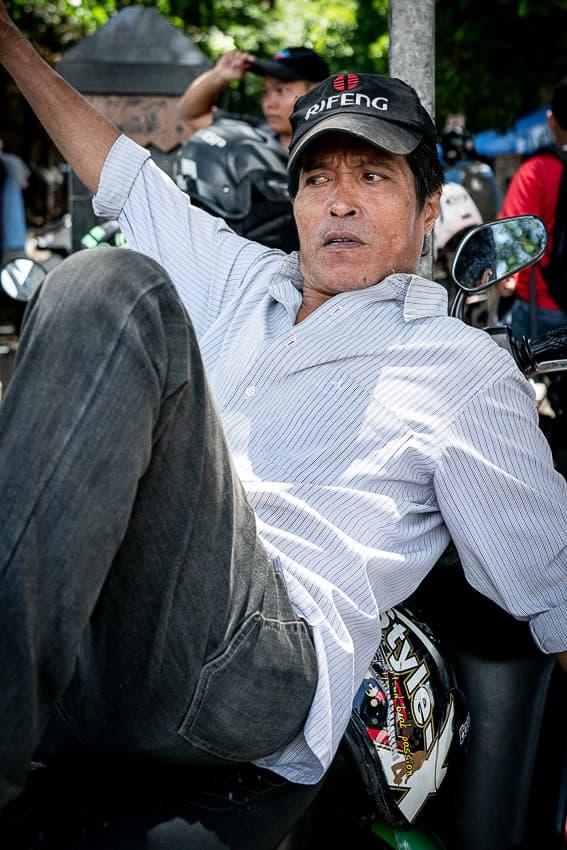 ジャカルタの町角で客待ちしていたバイクタクシーの運転手