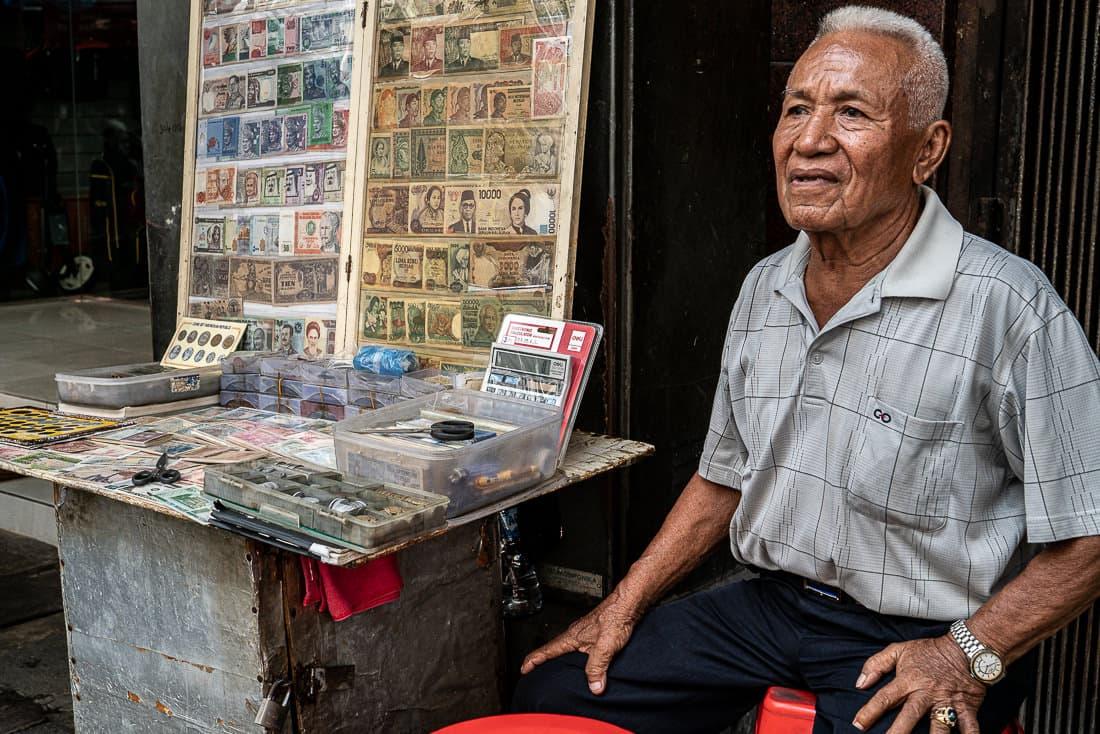 パサール・バルで古銭を路上販売していた老人