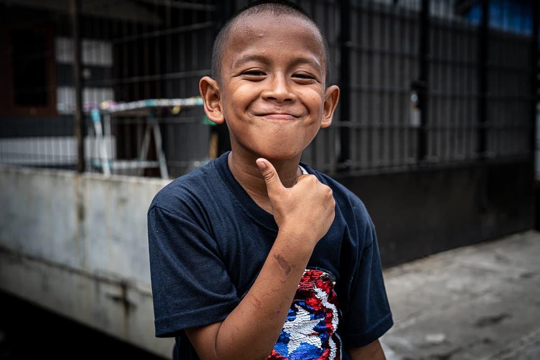 ジャカルタの住宅街の中で遊んでいた男の子