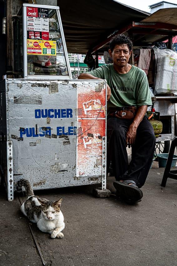 猫と一緒に携帯SIMを売る男
