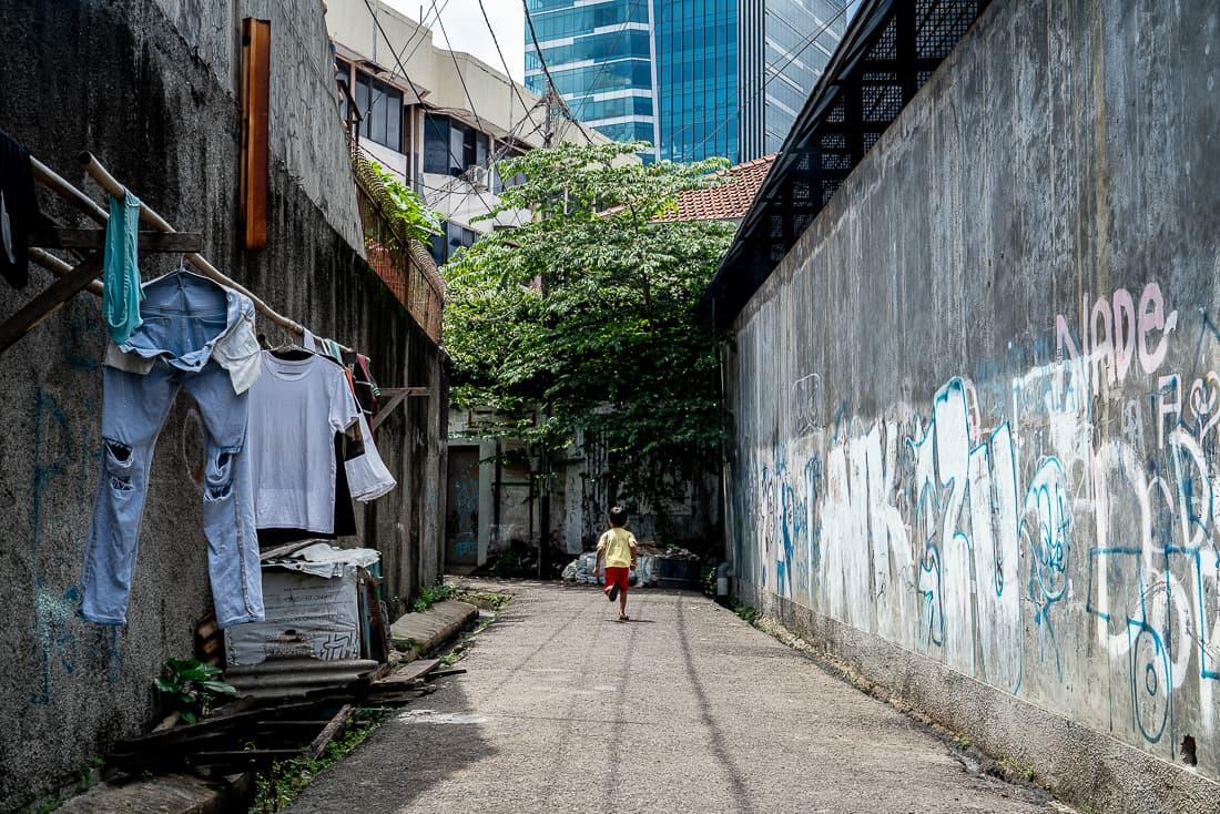 ジャカルタの路地を走る男の子