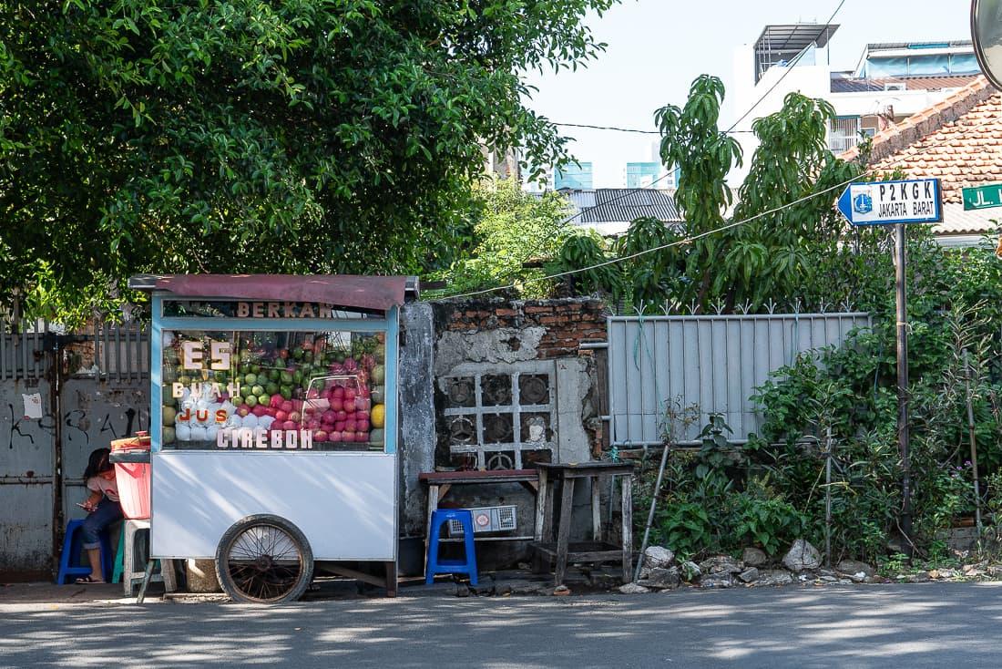 住宅街の中のフルーツの屋台