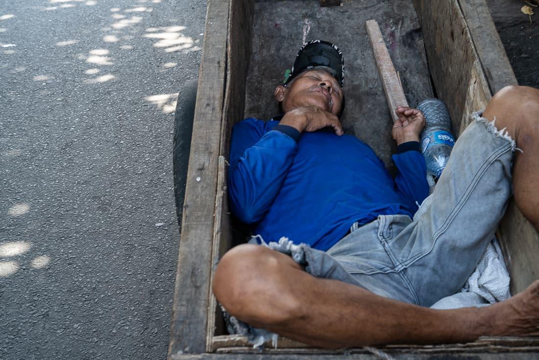 荷台で昼寝する男