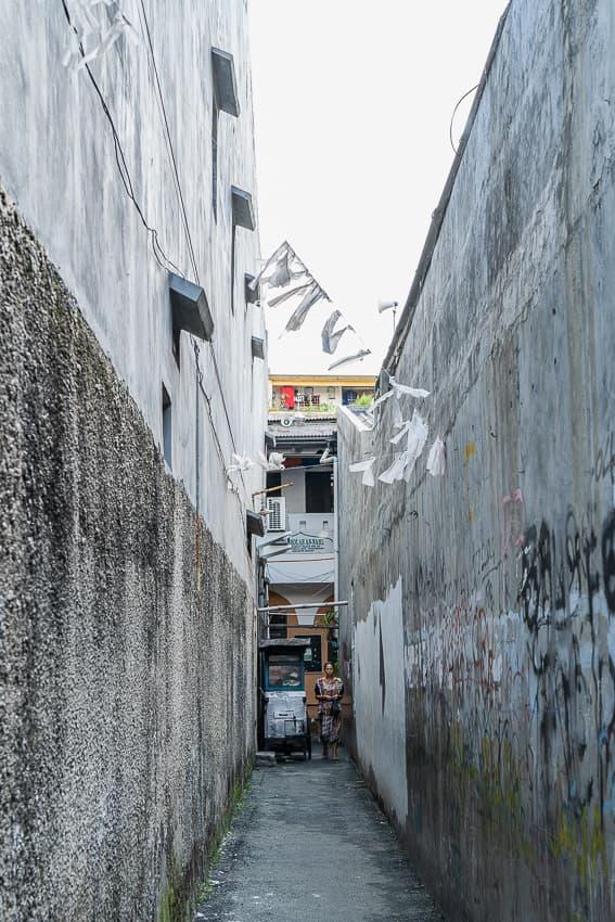 壁に挟まれた狭い路地