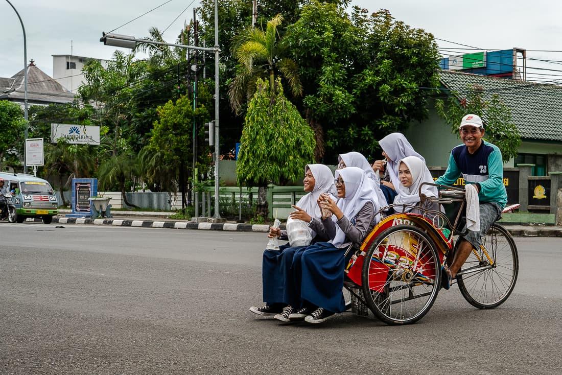 5人の女子学生を載せたベチャ