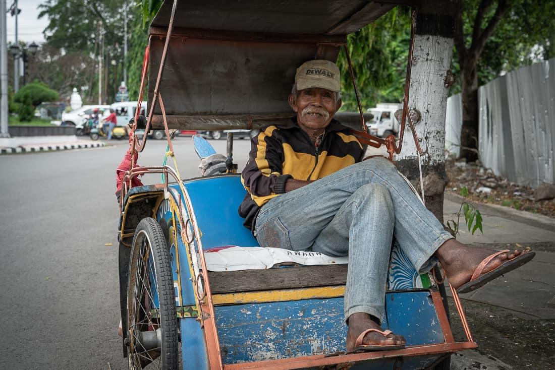 年配のベチャの運転手