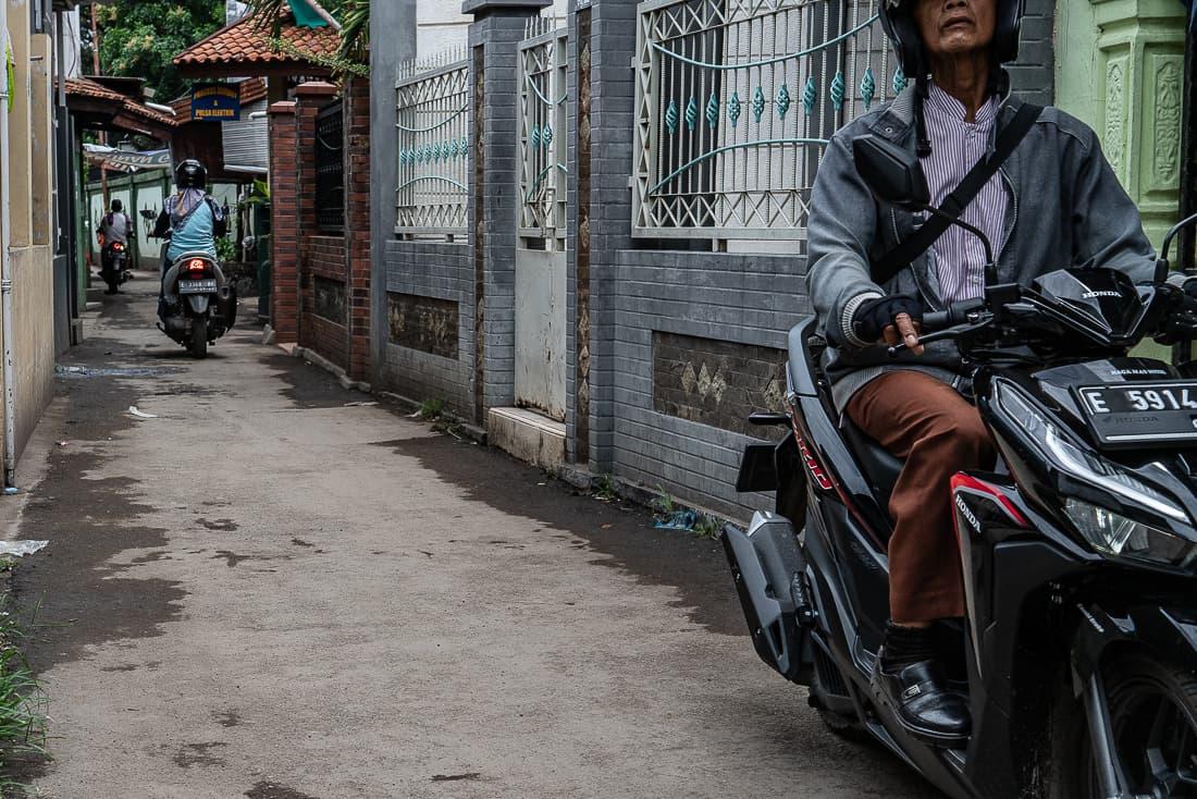 路地を行き来するバイク