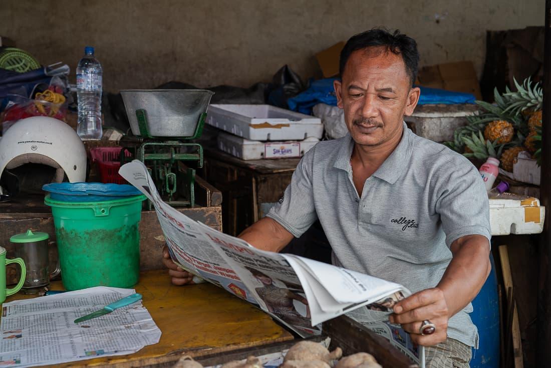 ゆったりと新聞を読む男