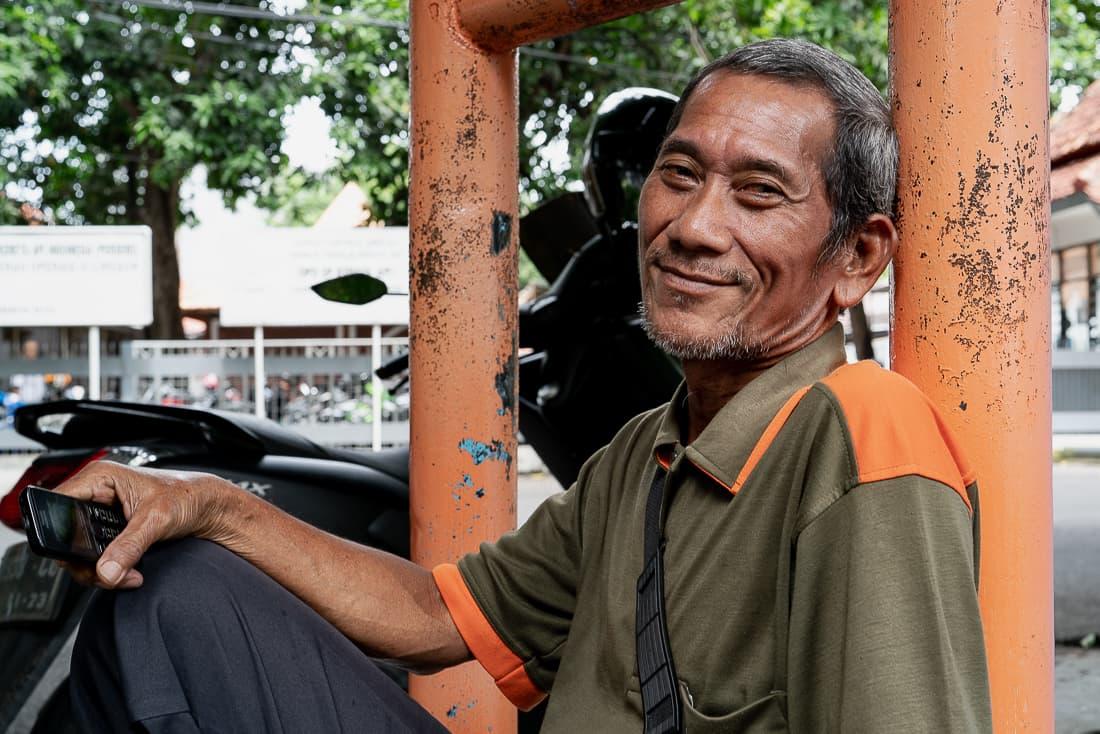 道端で携帯電話を握りしめていた男