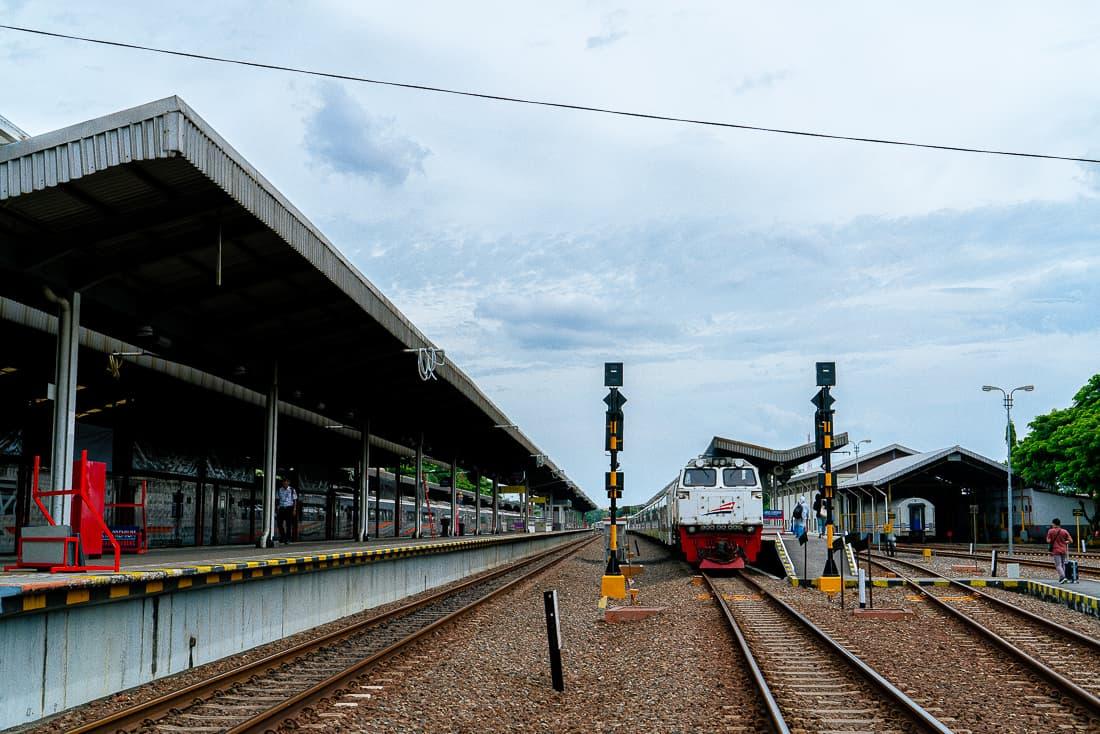 チルボン駅に停車する列車