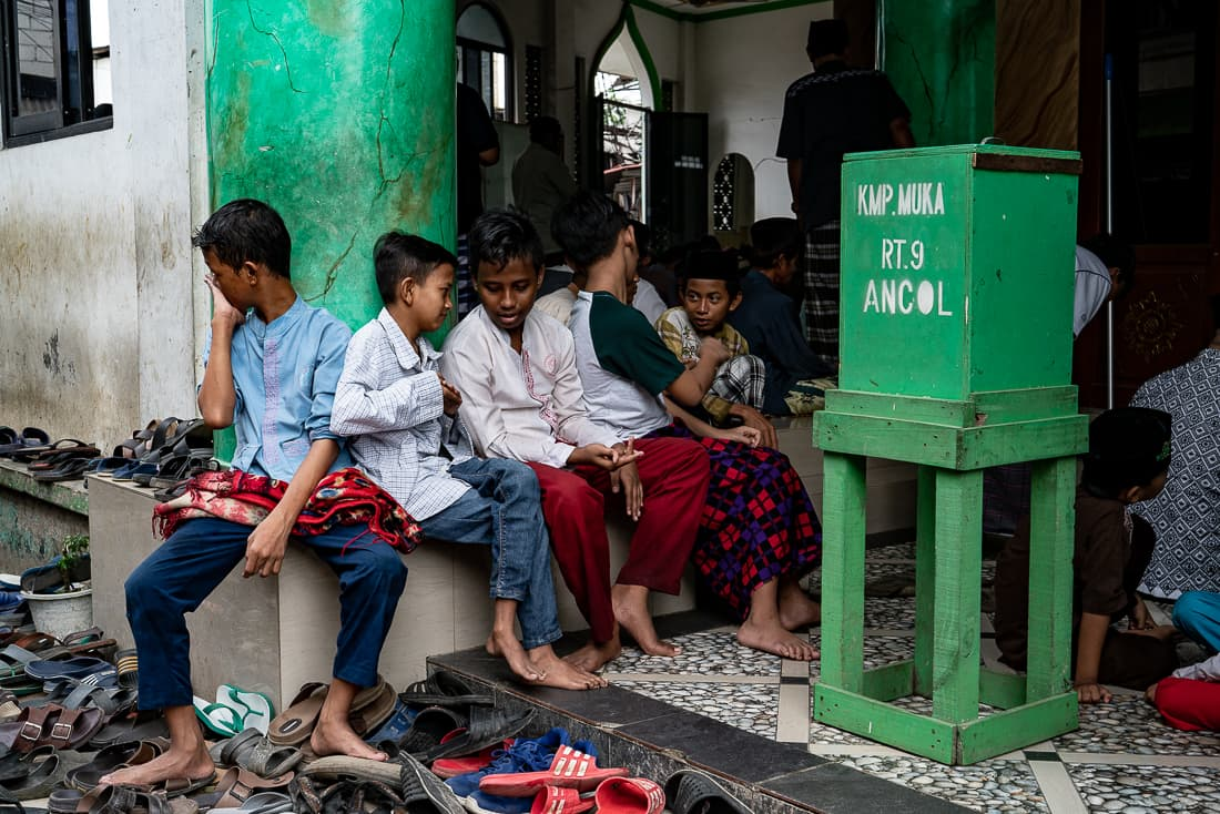 モスクの入り口に屯する男の子