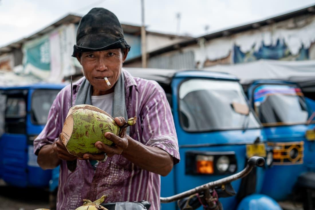 煙草をくわえたココナッツ売り
