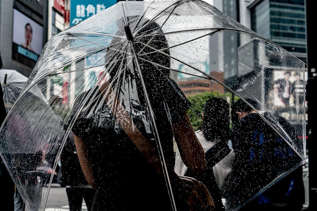 ビニール傘を差す若い女性